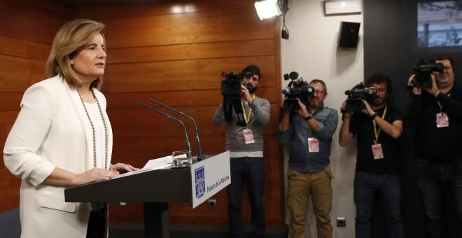 La ministra de Empleo, Fátima Báñez, durante su comparecencia en el Palacio de La Moncloa tras la reunión del presidente del Gobierno, Mariano Rajoy, con los representantes de la patronal y los sindicatos. EFE/Chema Moya