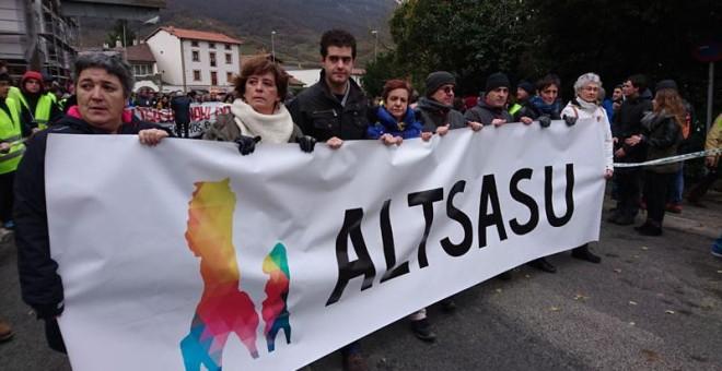 Los manifestantes sostienen la pancarta con el lema 'Altsasu'./ D. A.