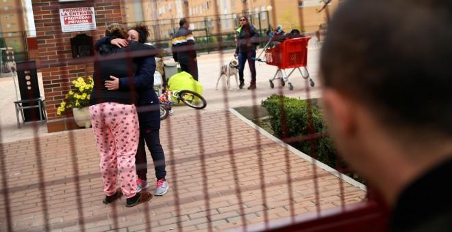 Jessica Guabala de la Cruz recibe el consuelo de una vecina tras ser desahuciada con su marido y sus dos hijos de su vivienda en Parla. REUTERS/Andrea Comas