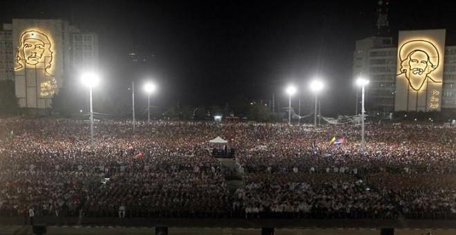 Miles de cubanos han participado participan en el acto celebrado para despedir al fallecido líder cubano Fidel Castro, en la Plaza de la Revolución de La Habana, Cuba. EFE/Ernesto Mastrascusa