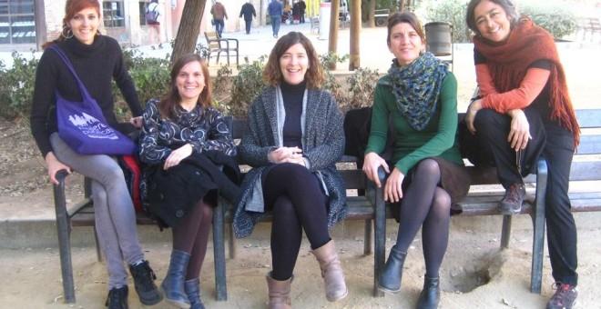 Blanca Valdivia (izquierda) y Adriana Ciocoletto (segunda por la derecha), con sus compañeras en la cooperativa Col·lectiu Punt 6 de Barcelona./ D. A.