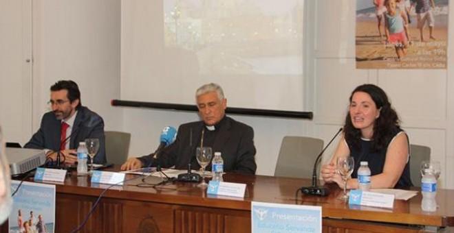 Juan Carlos Corvera junto al obispo de Cádiz, Rafael Zornoza Boy, durante la presentación de Educatio Servanda en la provincia andaluza.- OBISPADO DE CÁDIZ