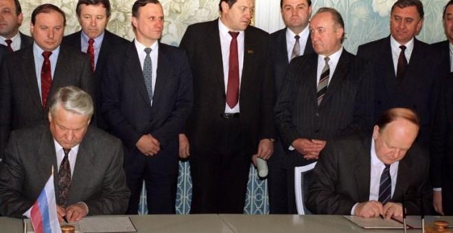 Borís Yeltsin y Stanislav Shushkevich firman el tratado de Belavezha, el 8 de diciembre de 1991. - AFP