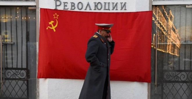 Un hombre disfrazado de Stalin en el centro de Moscú el pasado mes de noviembre. - AFP
