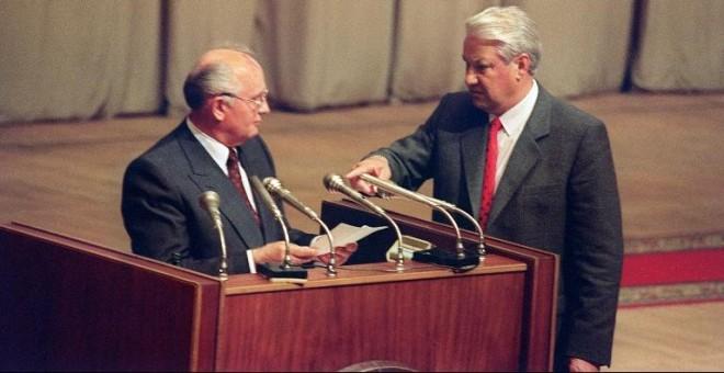 Boris Yeltsin y Mijaíl Gorbachov, en el Parlamento ruso, el 23 de agosto de 1991. - AFP
