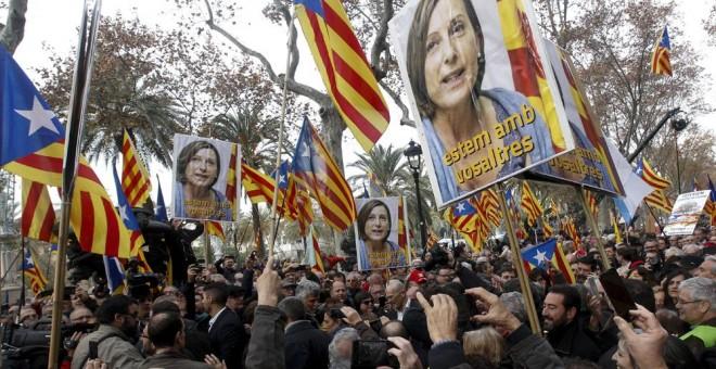 Numerosos simpatizantes han arropado a la presidenta del Parlament, Carme Forcadell, que ha declarado ante el Tribunal Superior de Justicia de Catalunya como investigada por desobedecer al Tribunal Constitucional. EFE/Quique García