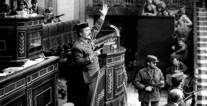 El teniente coronel Antonio Tejero, durante la toma del Congreso en 1981. / MANUEL P. BARRIOPEDRO (EFE)