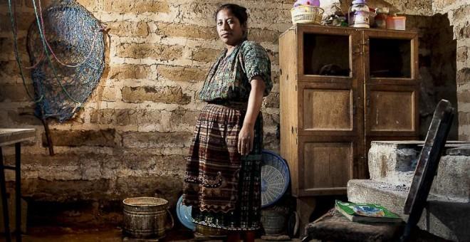 """Nicolasa, de 34 años, es indígena perteneciente a la etnia kaqchikel. Nunca pasó de tercero de primaria. Quiso seguir estudiando, pero su padre y su madre no lo consideraron oportuno por sus """"responsabilidades como mujer""""./ G. G."""
