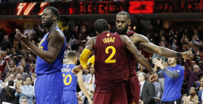 Irving y LeBron James celebran la victoria ante los Warriors./REUTERS