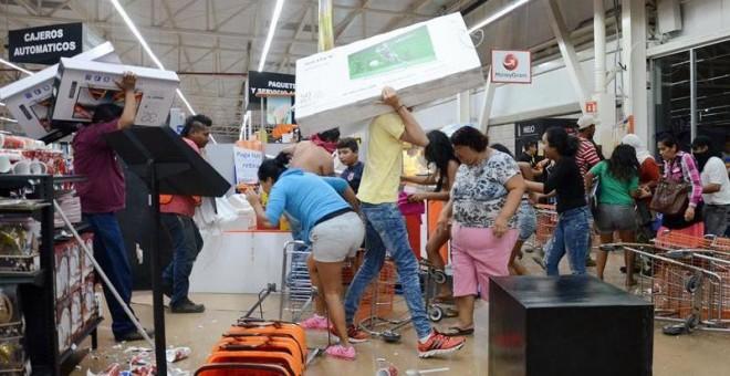 Decenas de personas saquean tiendas en el puerto de Veracruz, en  México. / LUIS MONROY (EFE)