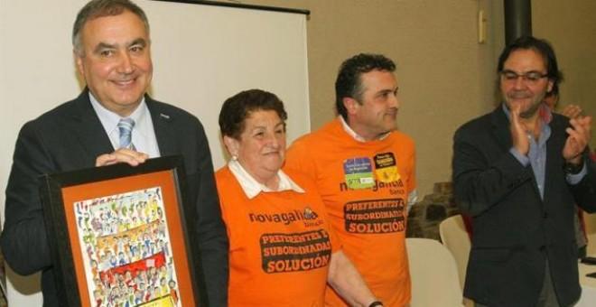 Homenaje al exfiscal superior de Galicia Carlos Varela, acompañado del abogado Xosé Antón Pérez Lema (derecha). / XOÁN REY (EFE)