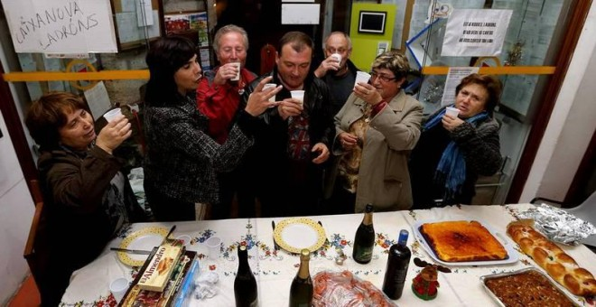 Afectados por las preferentes celebran la cena de Nochebuena de 2012 en el Concello de Gondomar. / LAVANDEIRA JR. (EFE)