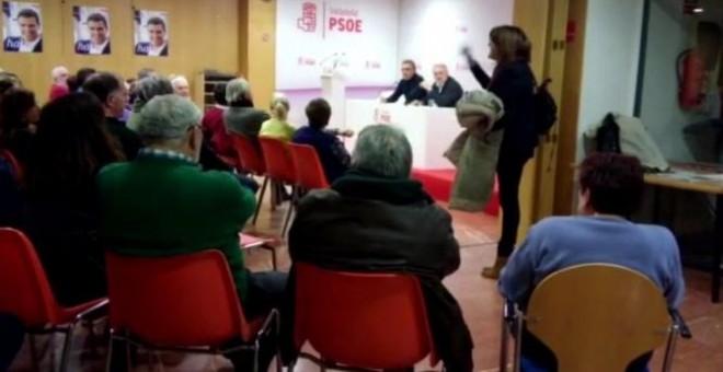 Momento de la discusión entre Soraya Rodríguez y los militantes del PSOE en Valladolid.