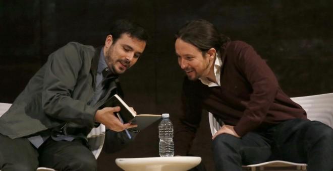 El secretario general de Podemos, Pablo Iglesias (d) y el coordinador federal de Izquierda Unida, Alberto Garzón (i), al inicio de un debate sobre el papel de las confluencias en el espacio político del cambio celebrado en Madrid. EFE/Mariscal