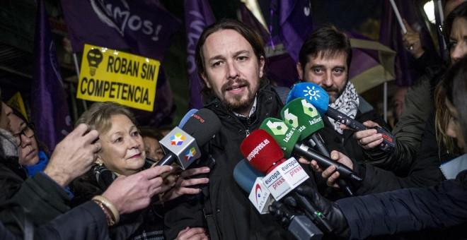 El secretario general de Podemos, Pablo Iglesias, hace unas declaraciones a los medios durante la concentración convocada por su partido ante la sede de la CNMC, en Madrid, para exigir al organismo regulador que investigue las causas de la subida de la el