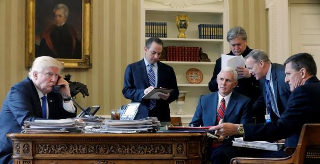 Donald Trump habla por teléfono con Vladimir Putin desde la Casa Blanca. REUTERS/Jonathan Ernst