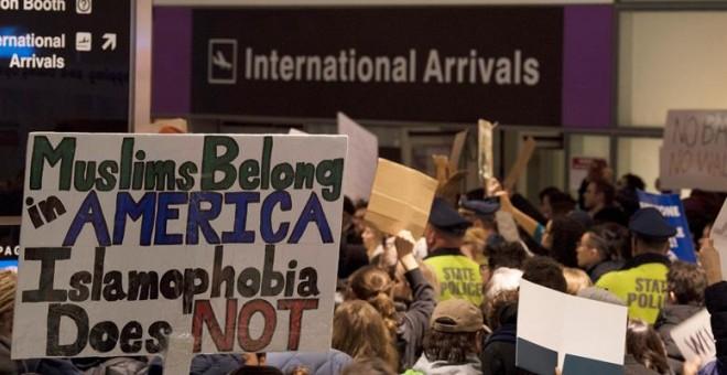 Cientos de personas protestan en el aeropuerto de Boston por la restricción de Trump contra personas procedentes de Libia, Sudán, Somalia, Siria, Irak, Yemen e Irán. EFE/EPA/JOHN CETRINO