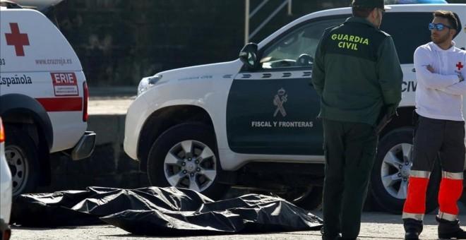Varios cadáveres de inmigrantes ahogados tras el naufragio de la patera en la que trataban de cruzar el Estrecho el pasado 14 de enero.- EFE
