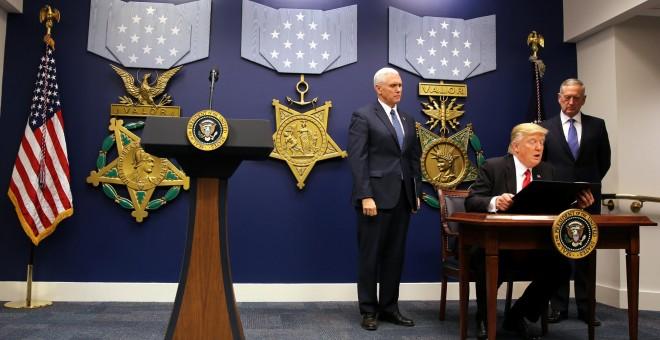 Donald Trump firma su última orden antitinmigración. - REUTERS
