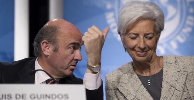 El ministro de Economía, Luis de Guindos, con la directora gerente del FMI, Christine Lagarde, en un seminario durante la reunión de primavera del organismo internacional, en Washington, en abril de 2016. AFP/ Molly Riley