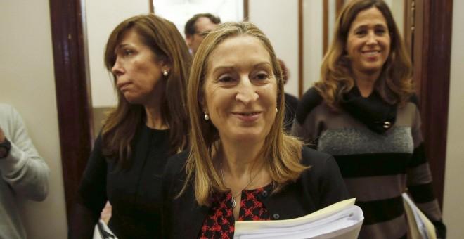La presidenta del Congreso, Ana Pastor, con la secretaria primera, Alicia Sánchez Camacho, y la vicepresidenta tercera, Rosa María Romero, a su llegada a la reunión de la Mesa de la Cámara Baja. EFE/Paco Campos