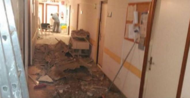 Imagen de un pasillo del Hospital 12 de Octubre, en Madrid, con su techo derrumbado. MATS
