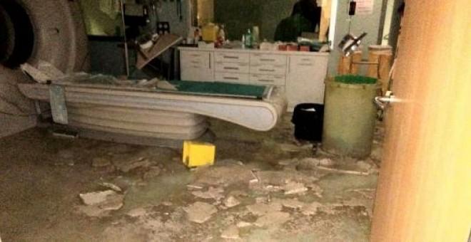 Goteras y techos desplomados en la sala del TAC del Hospital Ramón y Cajal. MATS