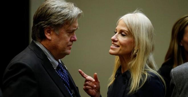 Kellyanne Conway habla con Steve Bannon en la Casa Blanca hace unos días. REUTERS/Kevin Lamarque