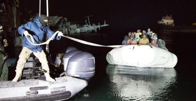 Guardacostas libios detienen una embarcación de inmigrantes subsaharianos en el puerto de Trípoli.- EPA