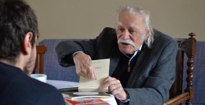 Manolis Glezos durante un momento de la entrevista en su despacho. - ÁLVARO GONZÁLEZ GARCÍA-CALVO