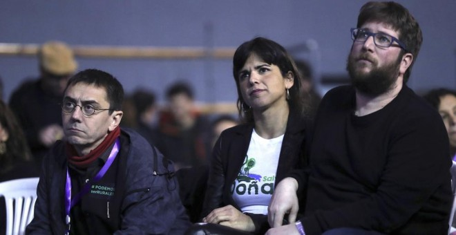 La coordinadora general de Podemos en Andalucía, Teresa Rodríguez, entre el cofundador de Podemos Juan Carlos Monedero y el eurodiputado y líder de la corriente Anticapitalista Miguel Urbán, durante la Asamblea Ciudadana Estatal de Vistalegre II. EFE/Chem