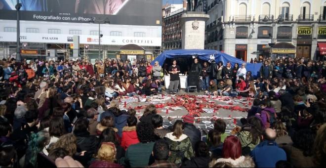 Pamela Palenciano, este domingo en la Puerta del Sol, representando su monólogo 'No solo duelen los golpes' para recaudar fondos en la lucha contra la violencia machista / PÚBLICO