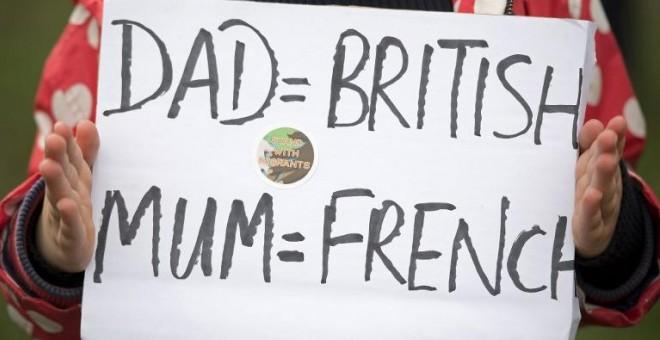 """""""Papá=británico; mamá=francesa"""". Un cartel durante la  manifestación en el centro de Londres. - AFP"""