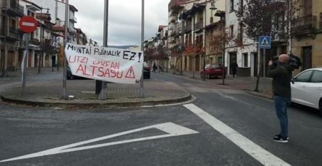 Cartel en Alsasua: 'Montaje policial no. Dejadnos en paz'. E.P.