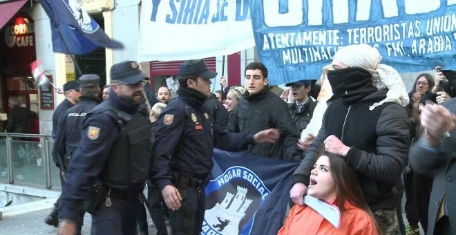 Miembros del neonazi Hogar Social Madrid han intentado reventar la concentración a favor de los refugiados .- EUROPA PRESS