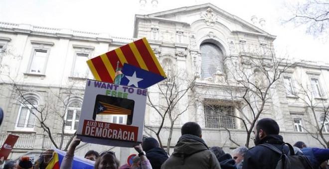 Manifestantes ante el Tribunal Supremo en apoyo a Frances Homs / EFE