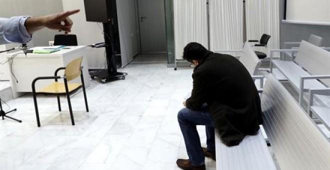 La Audiencia Nacional juzga a Jesús María LL. (d), para quien el fiscal pide dos años de prisión y una indemnización de 3.000 euros para los hijos de la víctima de ETA Manuel Broseta por un delito continuado de enaltecimiento del terrorismo y un delito de