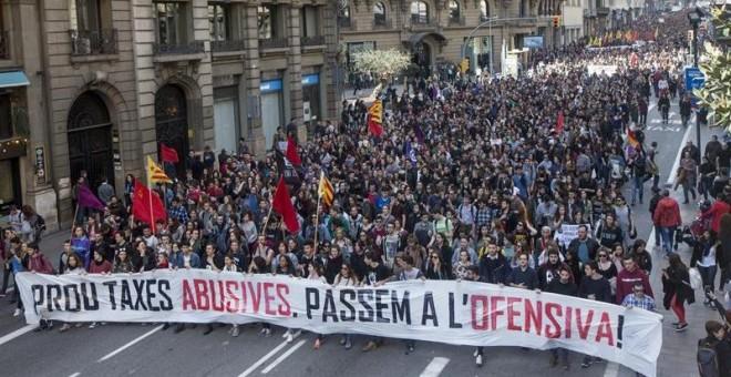Más de 4.000 estudiantes de las universidades catalanas, según datos de la Guardia Urbana, se han manifestado por el centro de Barcelona para exigir la reducción en un 30 % de las tasas universitarias, que son las más caras de España, y equiparar los prec