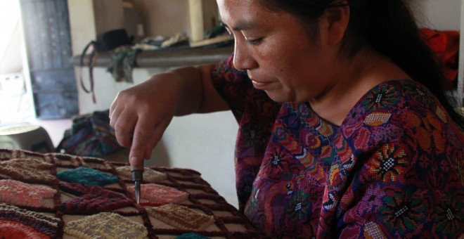 Con las ganancias de las alfombras, Glendy Mendoza ha podido mejorar su casa y alimentar a sus hijos. - PABLO L. OROSA