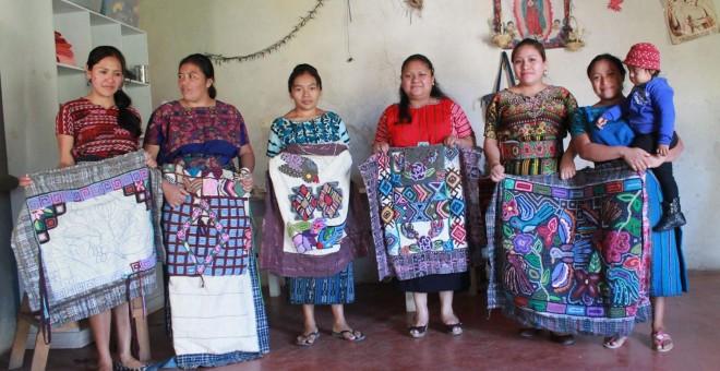 Cada mes, las costureras de Patanatic elaboran dos alfombras por las que obtienen 253 euros. - PABLO L. OROSA