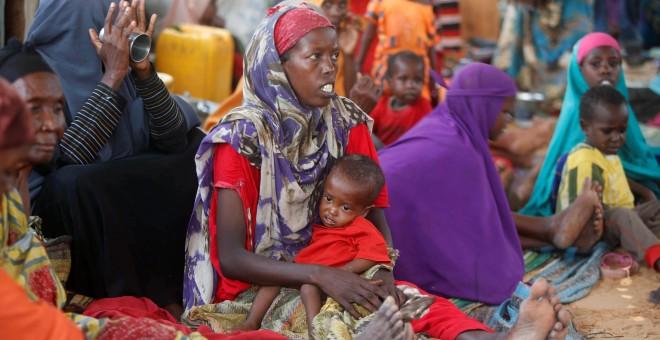 Varias mujeres con sus hijos en un centro para desplazados en Mogadiscio, la capital de Somalia. REUTERS/Feisal Omar