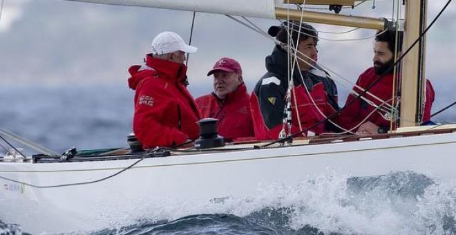 El rey emérito Juan Carlos de Borbón, a bordo del Bribón, este fin de semana. Maria Muiña/Sailingshots