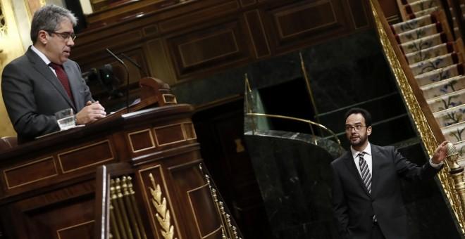 El diputado de PDeCAT Francesc Homs, durante su intervención en el pleno del Congreso de los Diputados donde se celebró la sesion del control al Gobierno.A la derecha, el portavoz del Grupo Socialista, Antonio Hernando.EFE/Mariscal