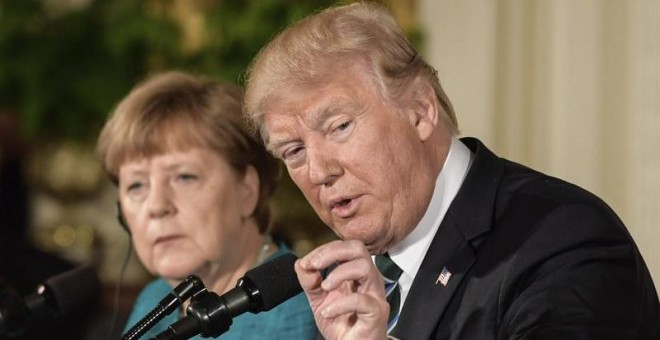 El presidente de EE.UU., Donald J. Trump, y la canciller alemana, Angela Merkel, durante una rueda de prensa conjunta tras su reunión en la Sala Este de la Casa Blanca. EFE