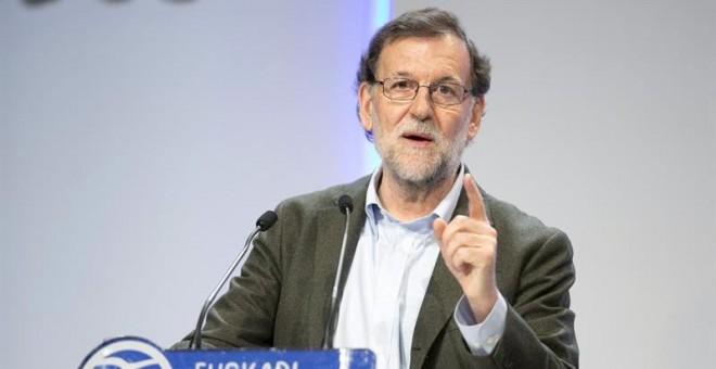 El presidente del Gobierno, Mariano Rajoy, durante su intervención en la clausura del congreso del PP vasco celebrado hoy en Vitoria. EFE/David Aguilar