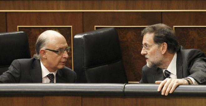 El presidente del Gobierno, Mariano Rajoy conversa con el ministro de Hacienda, Cristóbal Montoro, en el Congreso de los Diputados, en una imagen de archivo. EFE