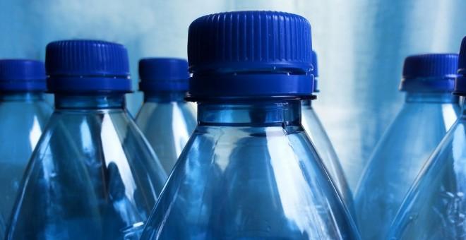 Una cadena de supermercados francesa dejará de vender agua en botellas de plástico.