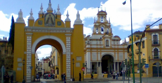 Puerta de la Basílica de la Macarena en Sevilla