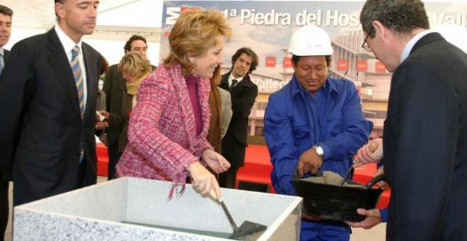 Aguirre coloca la primera piedra del hospital de Vallecas en presencia de Manuel Lamela (izquierda) y Ruiz-Gallardón (de espaldas). EFE