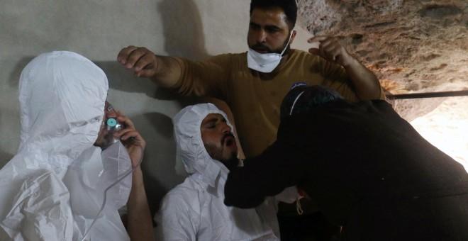 Un hombre respira con una máscara después del supuesto ataque con gas en el norte de Siria. /REUTERS